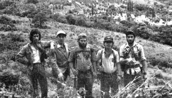 """Pedro Joaquín González, """"Dimas"""", es el del centro. Esta imagen está en el libro The Real Contra War, según el cual corresponde al año 1977, cuando Dimas era un guerrillero sandinista bajo las órdenes de Germán Pomares Ordóñez, el Danto. Foto/ Reproducción"""