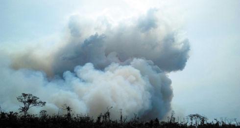 Miembros del Ejército se trasladaron a la zona afectada por el incendio con equipo especial para atender el siniestro. LA PRENSA/Cortesía del Ejército de Nicaragua