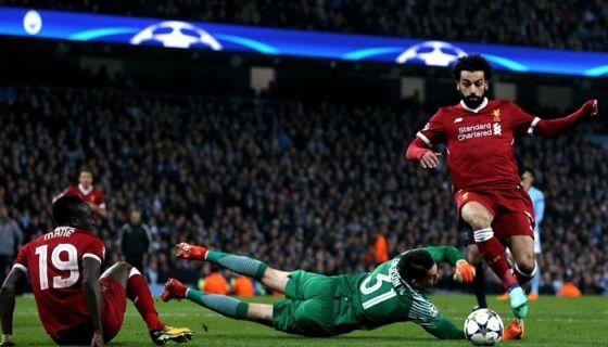 Mohamed Salah (derecha) del Liverpool anota el 1-1, el gol del empate ante el Manchester City. LA PRENSA/EFE/Nigel Roddis