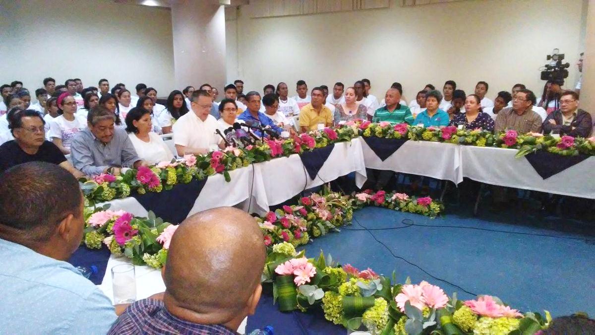 El presidente del INSS, Roberto López, anunció las reformas rodeado de sindicalistas afines al gobierno sandinista. LA PRENSA/ Tomada de Canal 4