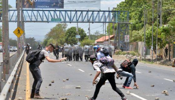 Estudiantes de la Universidad Nacional Agraria sufrieron la represión de la Policía Nacional por protestar contra las reformas al INSS. LA PRENSA/ Jader Flores