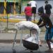 Supermercados de Managua fueron saquedos este domingo por decenas de personas