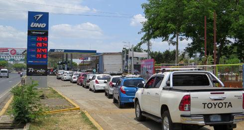 Las filas en las gasolineras que abrieron ayer eran de al menos dos cuadras. LA PRENSA/ DELEANA HERNÁNDEZ
