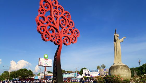 """El """"árbol de la vida"""" en la Rotonda Cristo Rey de Managua fue derribado este lunes 23 de abril. LA PRENSA/ MARIO RUEDA"""