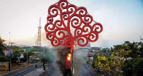"""Unas 30 arbolatas esotéricas, conocidas como """"árboles de la vida"""", fueron derribadas por manifestantes en Managua y León. LA PRENSA/ ARCHIVO"""