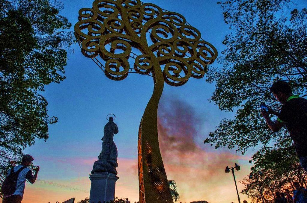 """El """"árbol de la vida"""" en la Rotonda La Virgen de Managua fue derribado la noche de este lunes 23 de abril. LA PRENSA/ ÓSCAR NAVARRETE"""