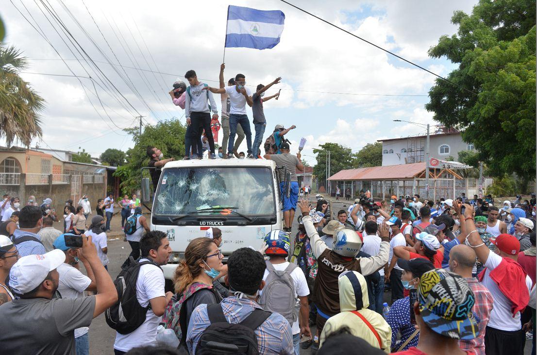 Los pobladores de barrios aledaños se unieron a las protestas en la Upoli. LA PRENSA/ JADER FLORES