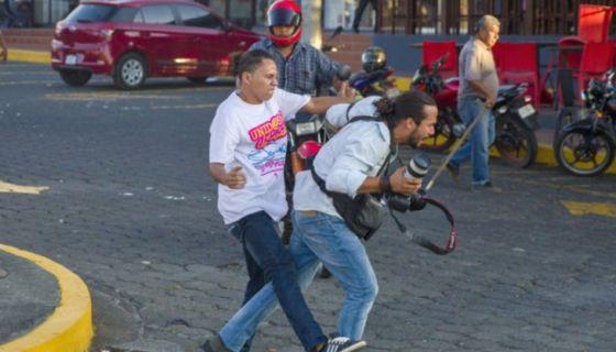 El periodismo nicaragüense fue severamente afectado por paramilitares y pandilleros del Frente Sandinista y por agentes policiales, durante las violentas protestas contra el gobierno represivo de Ortega. LA PRENSA/ JORGE TORRES