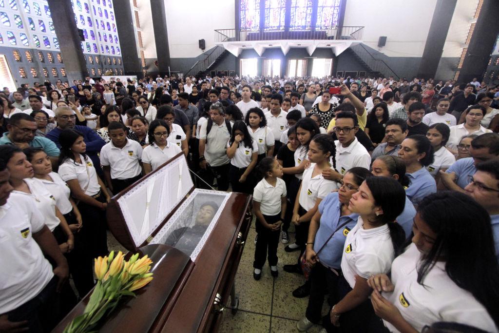 Familiares y compañeros de clase del Instituto Loyola despiden a Álvaro Conrado en una misa de cuerpo presente. LA PRENSA/AFP