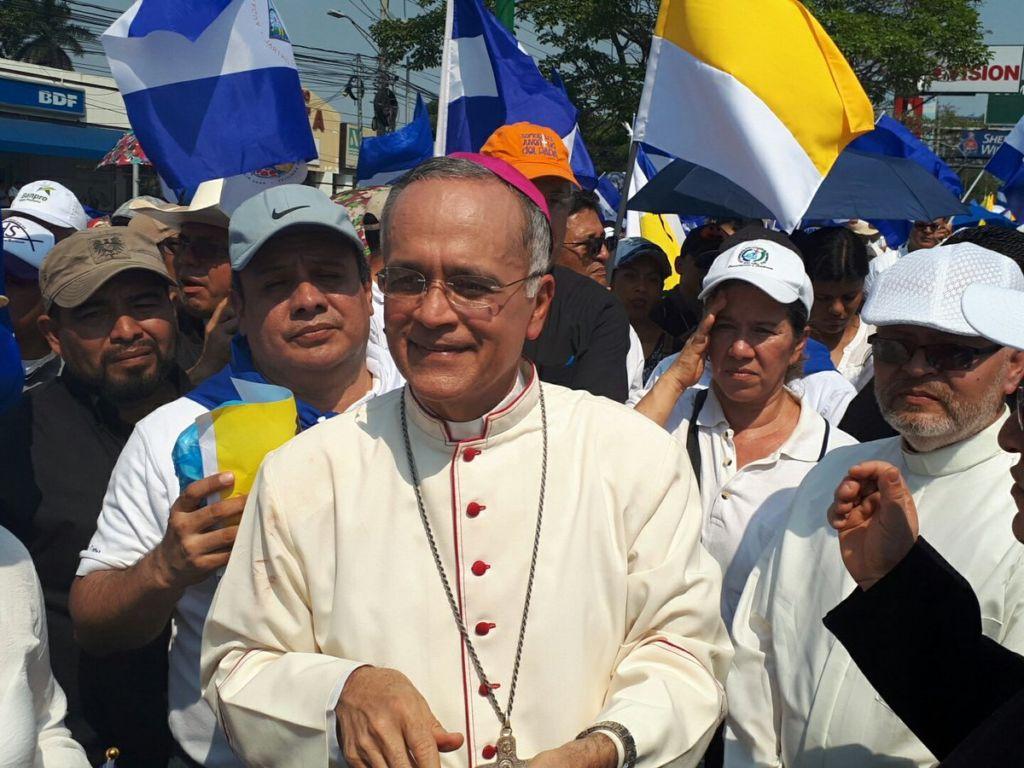 El obispo Silvio Báez salió en compañía de la feligresía católica desde el Colegio Teresiano hacía la Catedral de Managua. LA PRENSA/Julio Estrada