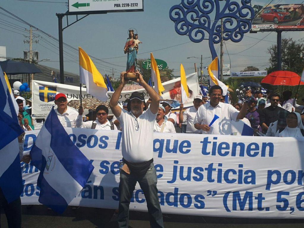 Otro grupo de personas partía desde la rotonda Cristo Rey de Managua con el mismo rumbo. LA PRENSA/L.ALVAREZ