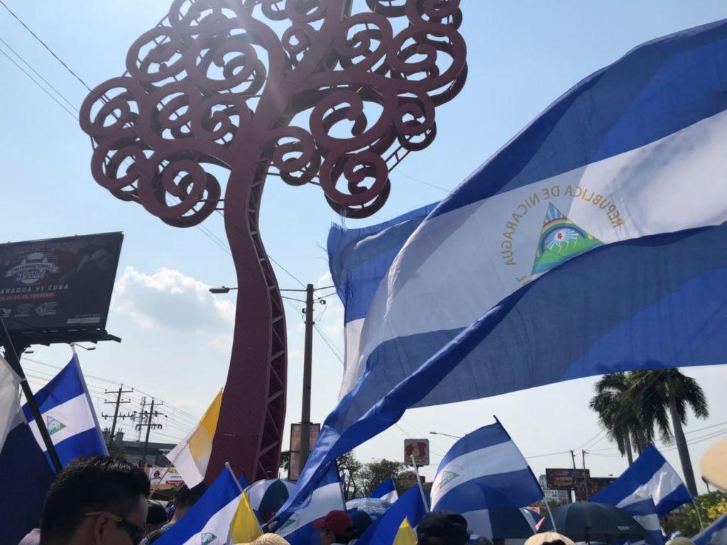"""Uno de los llamados """"chayopalos"""" se encuentra con el mar de banderas de Nicaragua que la población trae consigo. LA PRENSA / Fabrice Le Lous"""