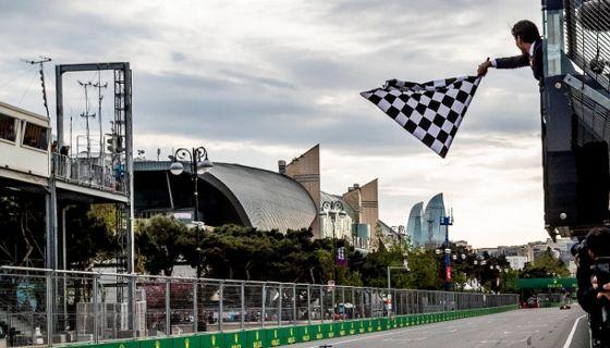 Lewis Hamilton cruzó primero la línea de llegada del Gran Premio de Azerbayán. LA PRENSA/EFE/EPA/SRDJAN SUKI