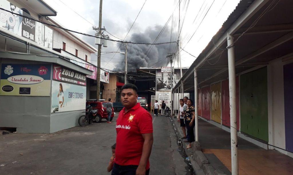 Un nuevo incendio afectó el Mercado Oriental la tarde del domingo 29 de abril. LA PRENSA/ WILIH NARVAEZ