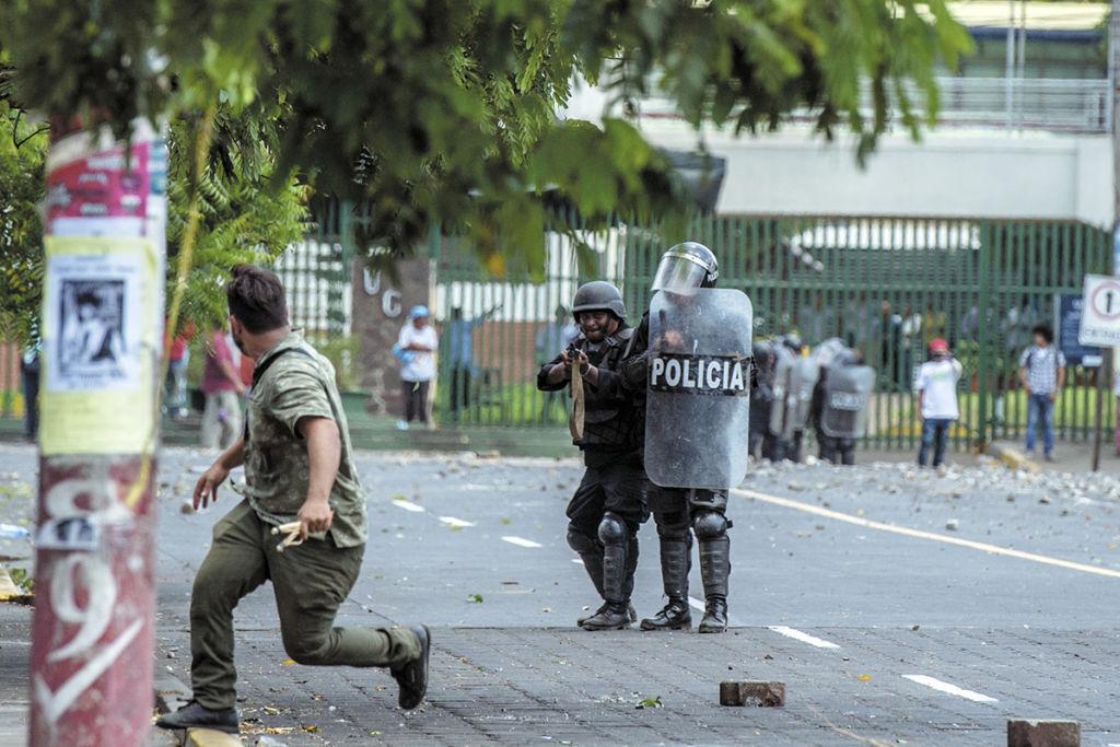 """Aunque la vicepresidenta designada Rosario Murillo calificó de """"grupos minúsculos"""" a quienes protestaron, se ordenó a la Policía reprimirlos. LA PRENSA/C. VALLE"""