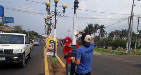 Los postes de luz de las avenidas principales en Chinandega están siendo pintadas en azul y blanco. LA PRENSA/ SAÚL MARTÍNEZ