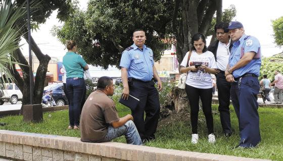 El lunes la Policía se presentó al parque central junto con la Fiscalía, pero no hicieron ningún peritaje ni reconstrucción de hechos. LA PRENSA/ROBERTO MORA