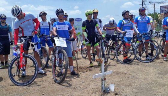 Los ciclistas por la paz en Nicaragua depositaron flores en la rotonda Jean Paul Genie. LA PRENSA/ CINTHYA TORRES