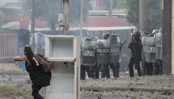 Manifestantes se enfrentaron a las fuerzas antimotines en semáforos de la Miguel Gutiérrez, por el derecha a protestar por las reformas del INSS. LA PRENSA/ JADER FLORES