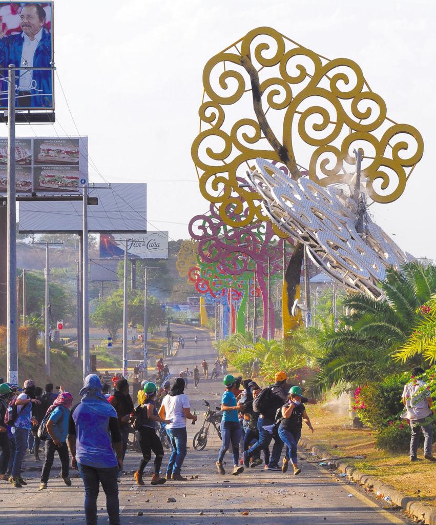 Los árboles de la vida, símbolo oficial del gobierno, han sido el blanco de los protestantes, quienes han derribado varios en el transcurso de las protestas. LAPRENSA/R.Fonseca