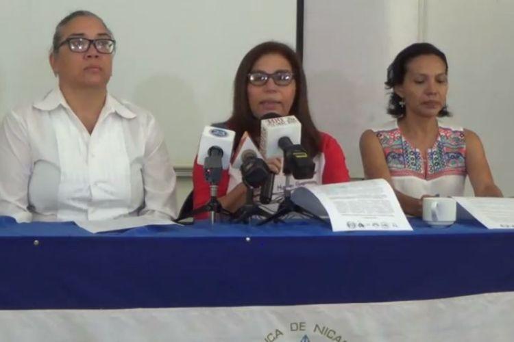 Haydeé Castillo, al centro de la imagen, fue detenida este domingo en el aeropuerto de Managua. LA PRENSA/ CORTESÍA