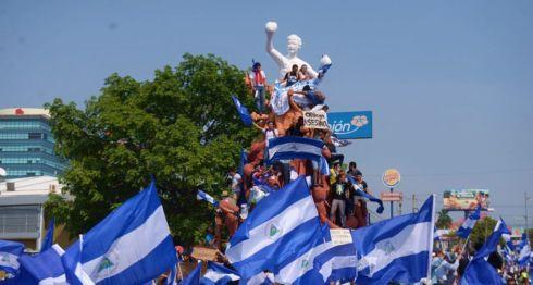 Los participantes en la marcha azul y blanco en Managua pidieron justicia y democracia. El monumento en honor a Alexis Argüello, en la denominada Plaza de las Victorias, fue abarrotado. LA PRENSA/ CARLOS VALLE