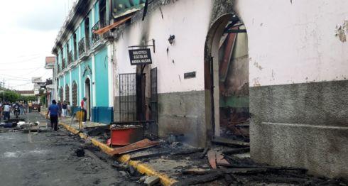 La sede de la Alcaldía de Masaya fue quemada. Casas vecinas también resultaron afectadas. LA PRENSA/ ÓSCAR NAVARRETE