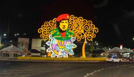 """La rotonda Hugo Chávez de Managua es acechada por los manifestantes contra el gobierno de Daniel Ortega, quienes ven en esta estructura """"la cereza del pastel"""" para ser derribada. LA PRENSA/ URIEL MOLINA"""