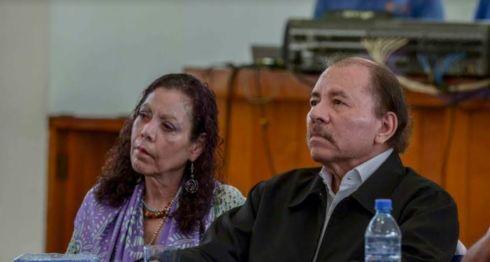 Luego que terminó la primera sesión del diálogo nacional, Daniel Ortega y Rosario Murillo no brindaron declaraciones ni siquiera a medios oficialistas. Se quedaron callados. LA PRENSA/CARLOS VALLE