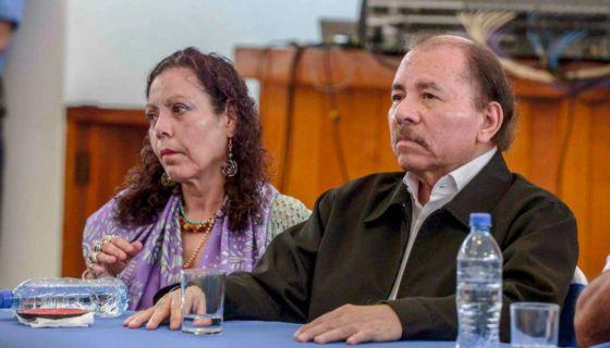 Daniel Ortega y Rosario Murillo en el inicio del diálogo nacional en el seminario de Fátima en Managua. LA PRENSA/ CARLOS VALLE. Dipilto