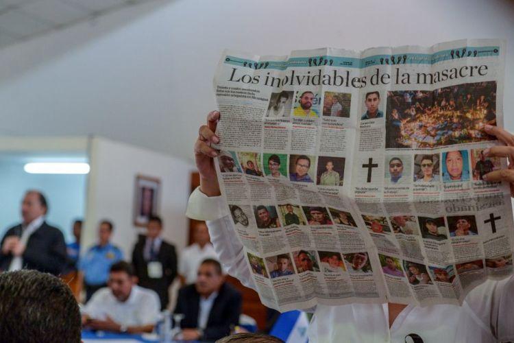 Azahalea Solís le mostró a Daniel Ortega las fotografías de parte de las personas asesinadas por la masacre de las fuerzas gubernamentales. LA PRENSA/ CARLOS VALLE