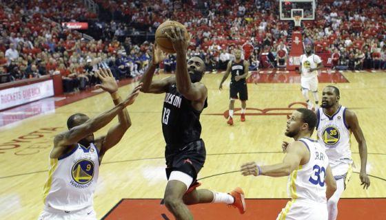 James Harden (centro) anotó 27 puntos para liderar la ofensiva de los Rockets de Houston frente a los Warriors de Golden State, en el segundo partido de la final de la Conferencia Oeste de la NBA. LA PRENSA/AP/David J. Phillip