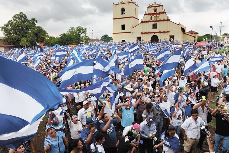 Miles de leoneses marcharon ayer por las calles de su ciudad y finalmente realizaron una concentración multitudinaria en la plaza central de Sutiaba, pidiendo justicia para los masacrados por el régimen de Daniel Ortega. La Prensa/O. Navarrete