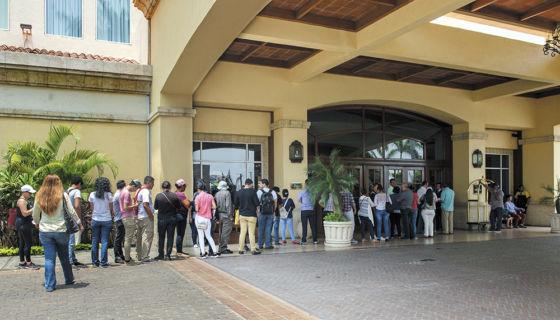 Los afectados por la represión a las protestas ciudadanas hacen largas filas en el hotel Inter de Metrocentro para interponer sus denuncias ante la delegación de la CIDH. LA PRENSA/ U. MOLINA