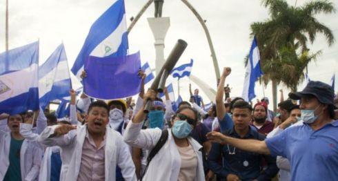 Médicos y estudiantes de medicina que marcharon el pasado fin de semana. LA PRENSA/JADER FLORES