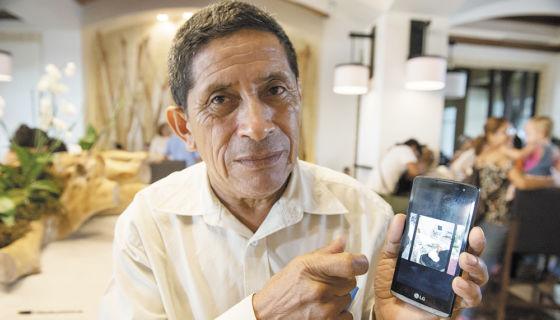 Los denunciantes llevan fotos y videos en sus teléfonos como pruebas. En la foto don Oscar Danilo Hernández . LA PRENSA/Uriel Molina