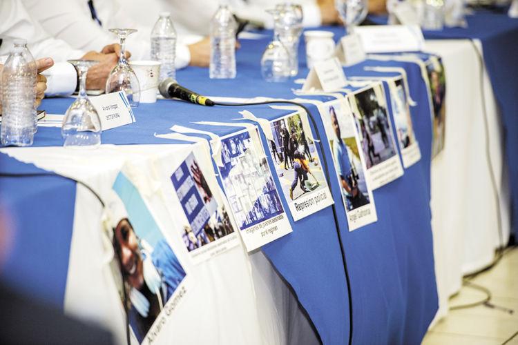 Los miembros de la sociedad civil y los universitarios que participan en el Diálogo Nacional colocaron fotos de los asesinados durante la represión de las protestas enfrente de los funcionarios del Ejecutivo. LA PRENSA/ U. MOLINA