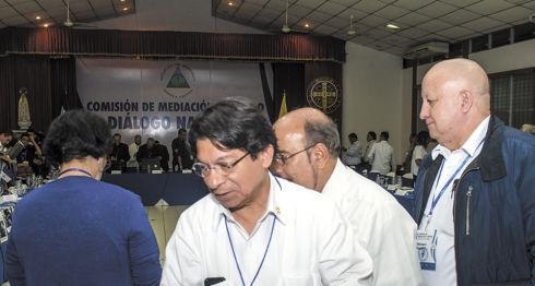 El canciller Denis Moncada y el diputado sandinista Edwin Castro coordinan la delegación oficialista que integran 33 funcionarios presentes en el Diálogo Nacional. LA PRENSA/ C. VALLE