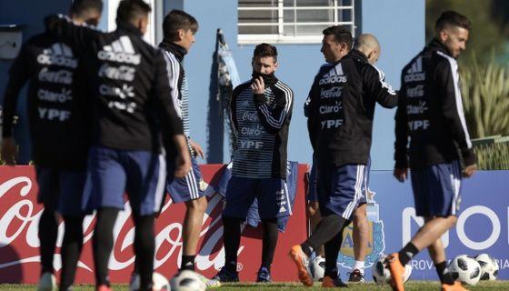 El astro Lionel Messi ya se unió al trabajo de la selección de Argentina, que prepara su viaje a Europa. LA PRENSA/AFP/JUAN MABROMATA