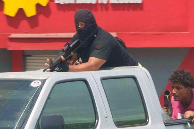 Una camioneta de la Juventud Sandinista traslada personal con armas, entre ellas un fusil de asalto. LA PRENSA/URIEL MOLINA