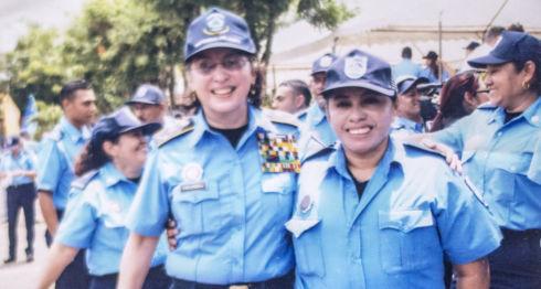 La teniente María Teófila Arauz junto a la primera comisionada Aminta Granera. LA PRENSA / Cortesía