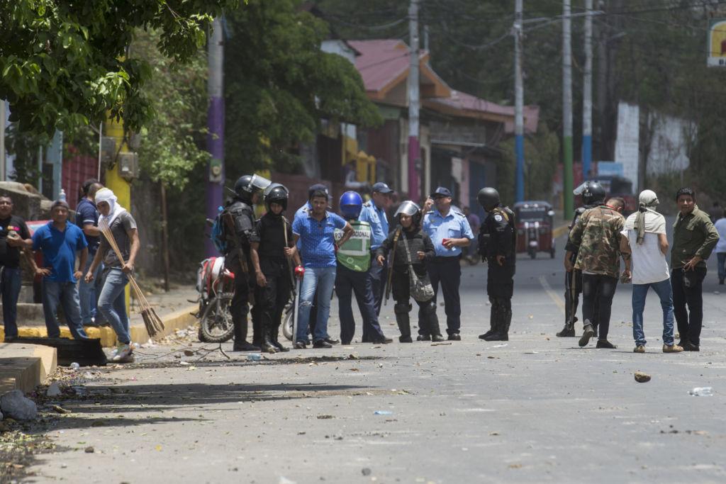 Policías y turbas sandinistas o fuerzas parapoliciales hicieron equipo para reprimir brutalmente al pueblo y a los estudiantes entre el 18 y el 22 de abril. LA PRENSA / Jader Flores