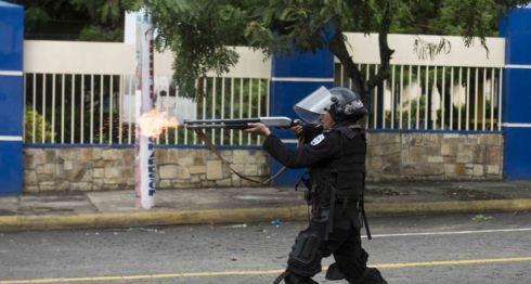 Un antimotín dispara en contra de estudiantes en el sector de la Universidad Nacional de Ingeniería (UNI), el 28 de mayo de 2018 LA PRENSA/ JADER FLORES