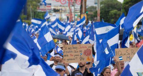 Marchas cívicas en Managua en contra del régimen de Daniel Ortega y Rosario Murillo, donde las banderas azul y blanco abundan. LA PRENSA/ARCHIVO