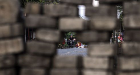Un motociclista se divisa a través de una barricada en Managua. LA PRENSA / Wilmer López