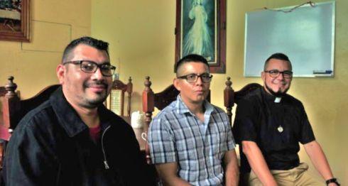De izquierda a derecha: Presbíteros Heberto López, Alfonso Paisano y Edgard Cubillo. LA PRENSA/MELVIN RODRÍGUEZ
