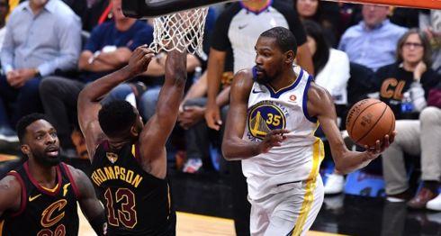 Kevin Durant lideró a los Warriors de Golden State en puntos con 43 y rebotes con 13, en el tercer partido de la final de la NBA frente a los Cavaliers de Cleveland. LA PRENSA/Jamie Sabau/Getty Images/AFP