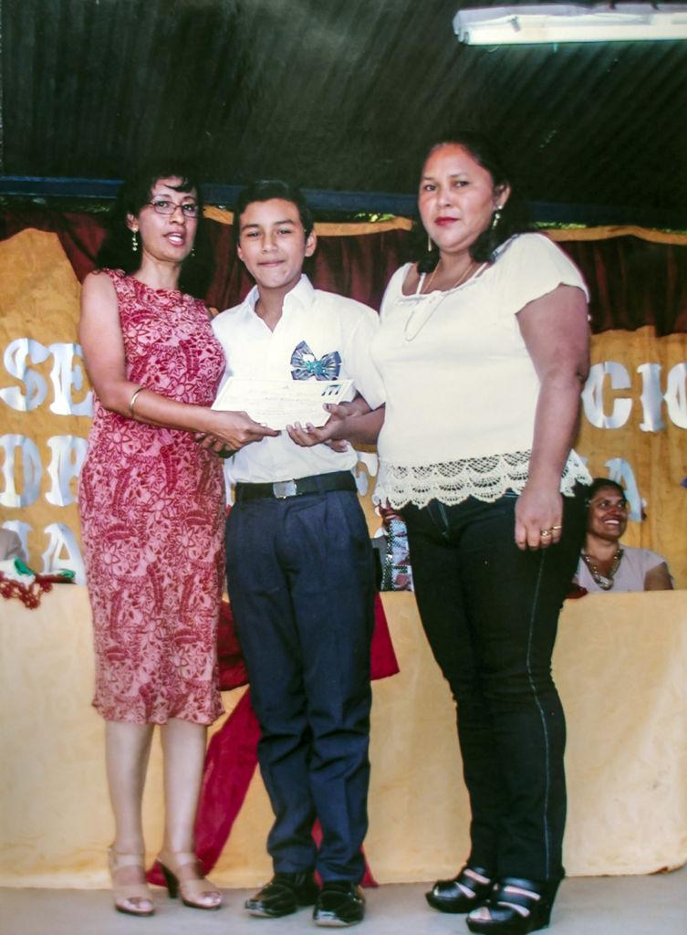 Junior Gaitán y su mamá junto con su profesora Rosita Flores. LA PRENSA / Cortesía.