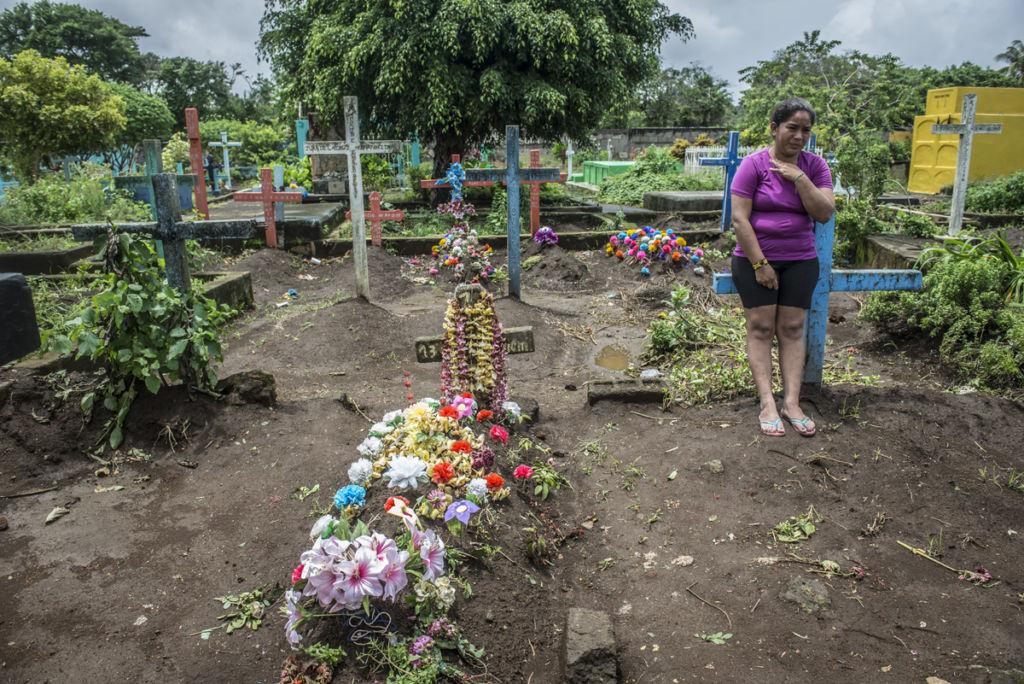 Junior Gaitán está enterrado junto a su tío y su abuelo, en Masaya. En la foto, su hermana Gisselle llora su muerte. LA PRENSA / Óscar Navarrete