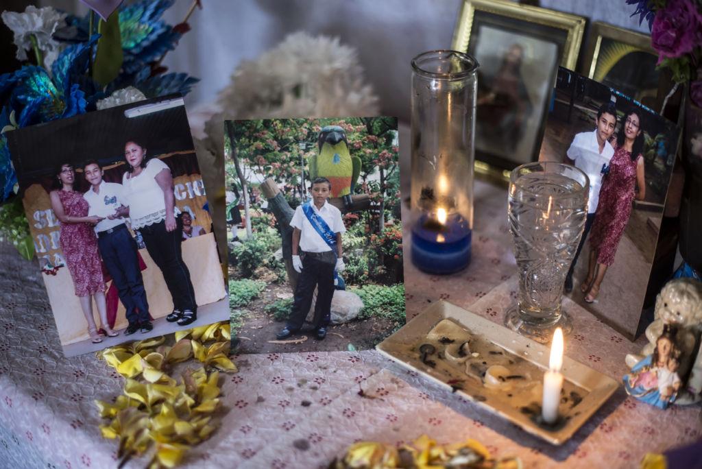 Doña Aura Lila López dispuso un altar de su niño asesinado en la salita de su casa. Todos los días al mediodía su familia y vecinos rezan por Junior Gaitán. LA PRENSA / Óscar Navarrete